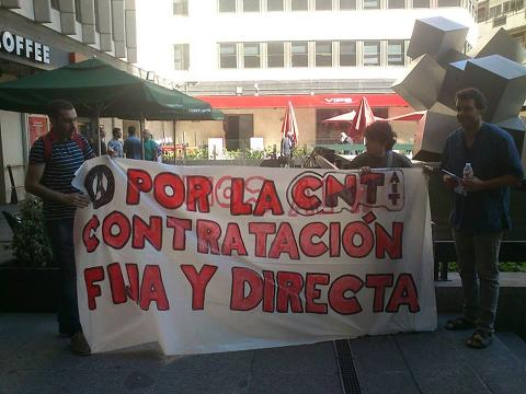 Pancarta desplegada en la Plaza de los Cubos